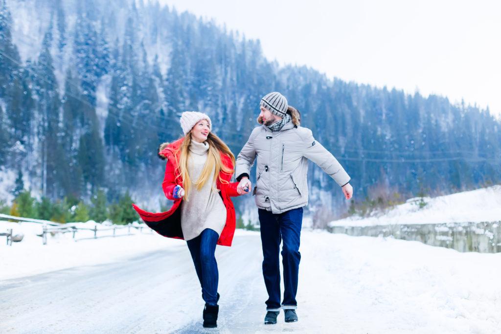 Para zakochanych na spacerze w górach